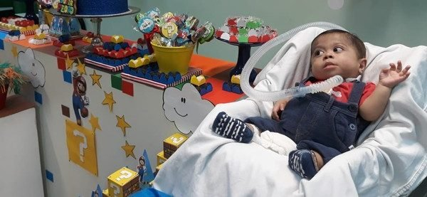 Garotinho que vive na UTI ganha festa feita por funcionários do hospital