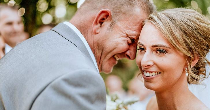 """Esse fotógrafo criou um método para que mulheres cegas pudessem """"ver"""" suas fotos de casamento"""