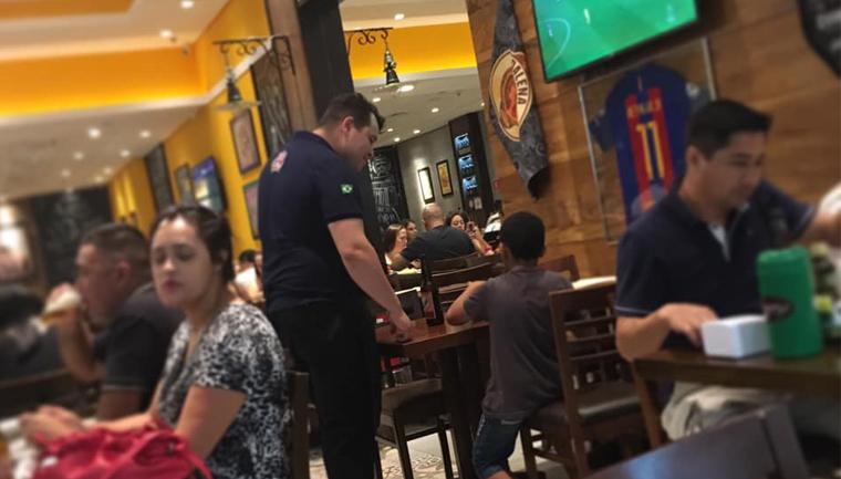 Garçom se coloca no lugar de garoto e paga lanche para que ele possa ver jogo em bar