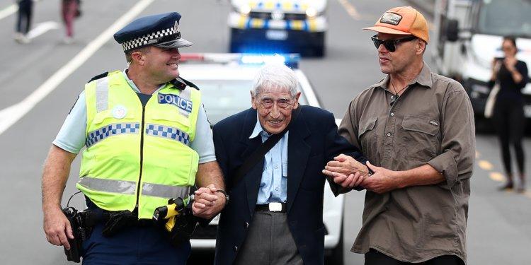 Mesmo com dificuldades para andar, senhor de 95 anos vai de ônibus a protesto contra racismo