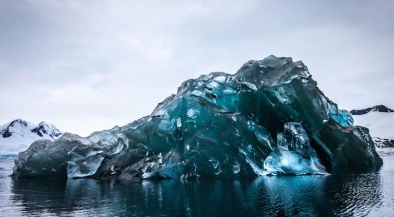 Icebergs de cor esmeralda que intrigaram cientistas finalmente podem ser explicados