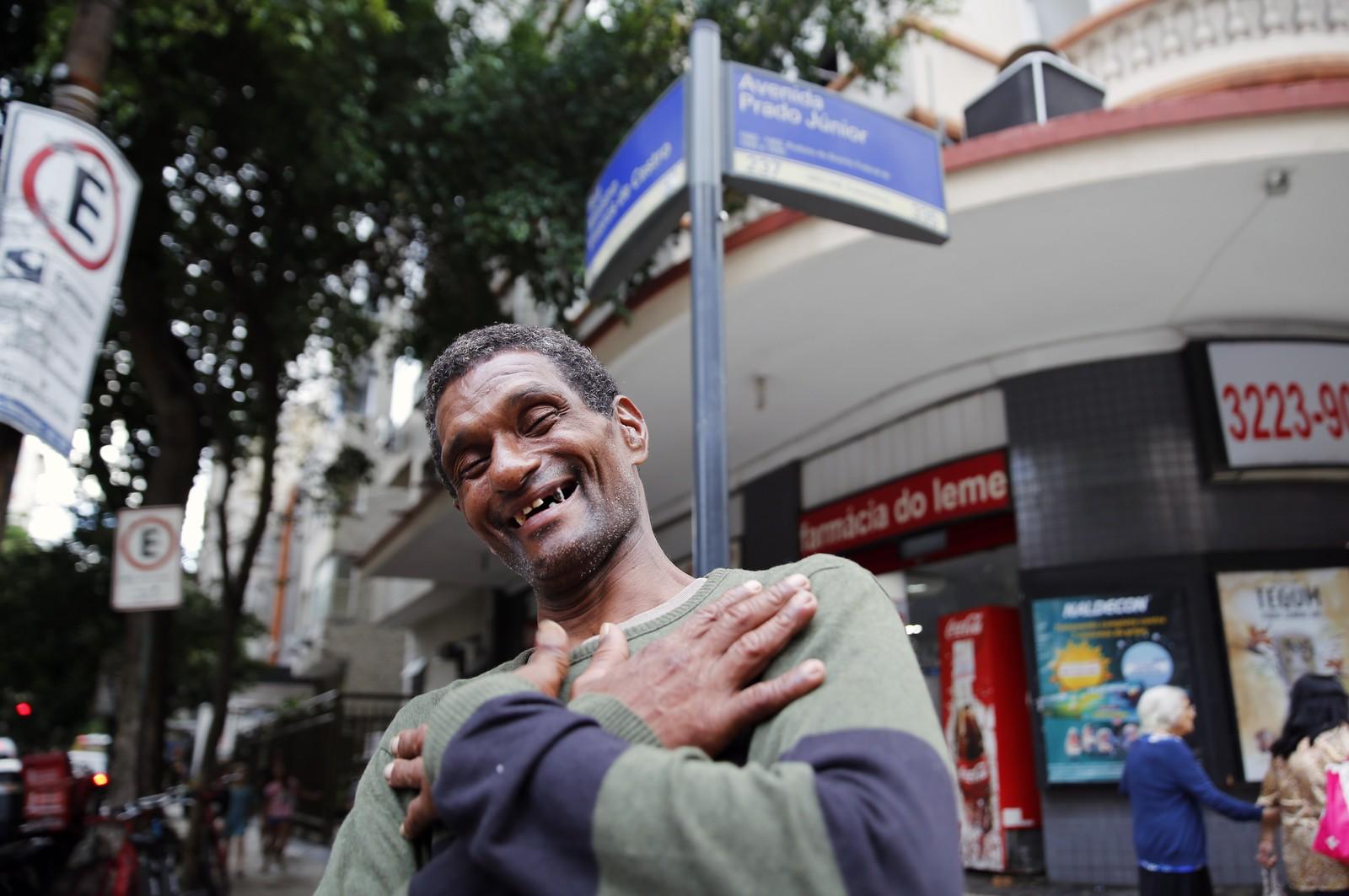 Homem que ajudou senhora a atravessar a rua conseguiu arrecadar dinheiro através de vaquinha