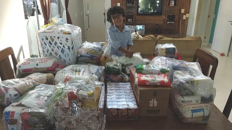 Garoto adotado arrecada alimentos para crianças órfãs em seu aniversário
