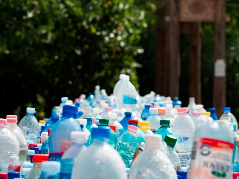 Mulher inventa plástico que se dissolve na água e meio ambiente agradece