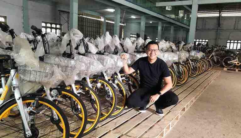 Ele comprou 10 mil bicicletas que seriam jogadas fora e doou para crianças pobres