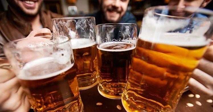 Beber cerveja é mais eficaz que usar cremes anti-idade, entenda