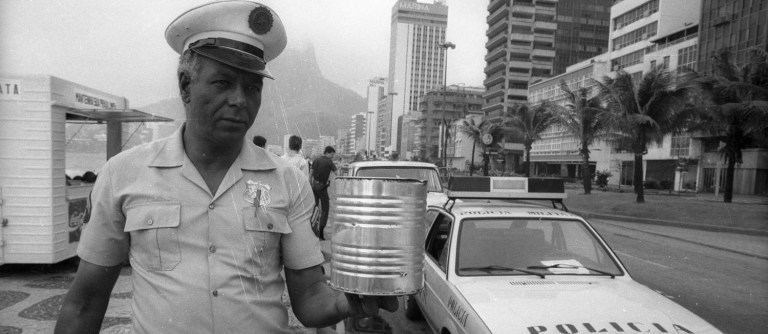 O dia que milhares de latas de cannabis apareceram na costa brasileira