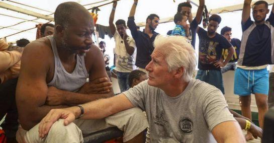 Richard Gere ajuda 121 imigrantes levando água e comida