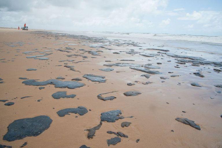 O que são essas manchas de óleo, nas praias do Nordeste, que estão intrigando o IBAMA?