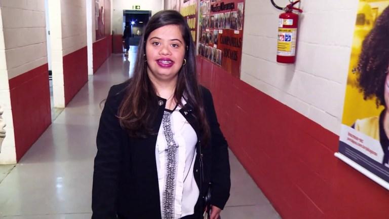 Conheça a primeira relações públicas do Brasil com Síndrome de Down