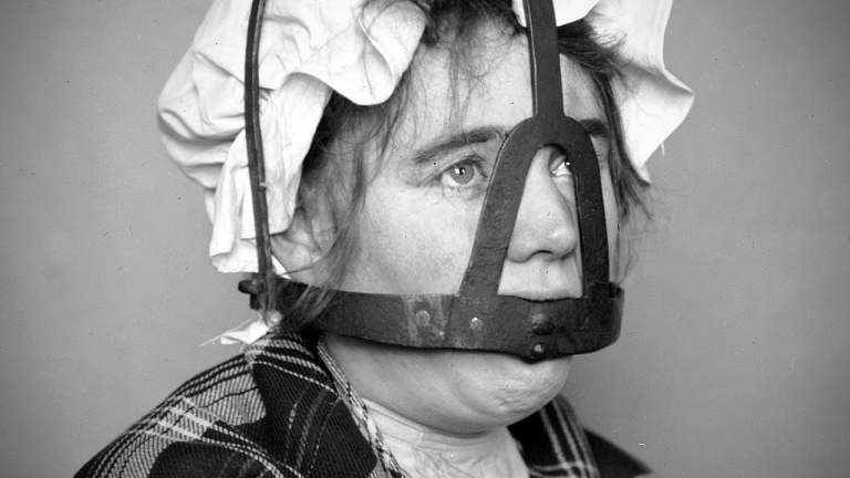 Mulheres fofoqueiras eram tratadas de uma forma terrível na Idade Média