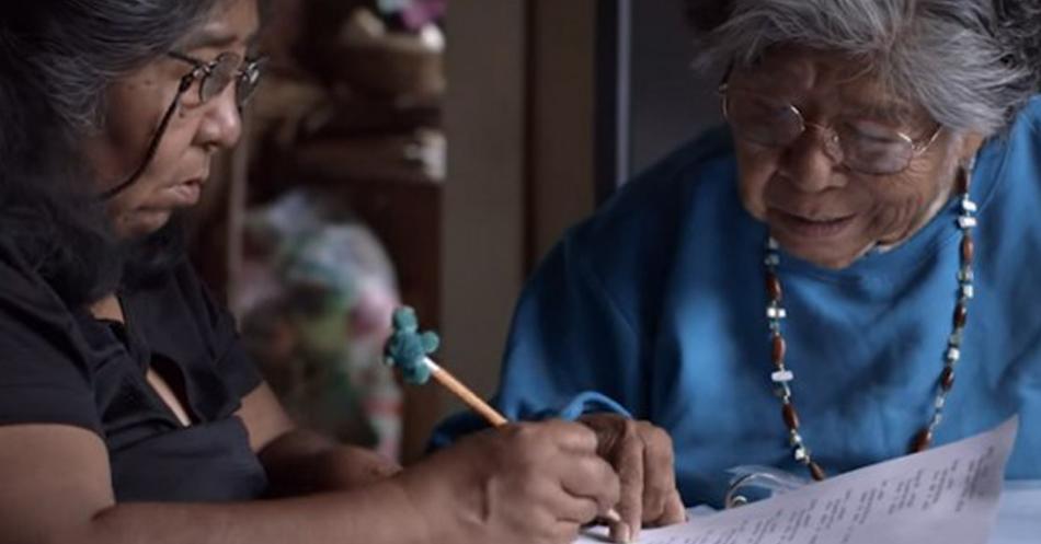 Indígena de mais de 80 anos aprende a usar computador e cria dicionário para manter seu idioma