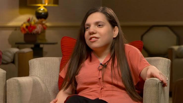 Menina abandonada pelos pais por supostamente ter 22 anos conta seu lado da história