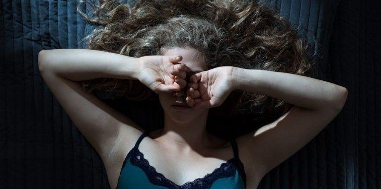 Você acorda no mesmo horário durante a noite frequentemente? Isso pode dizer algo sobre sua saúde