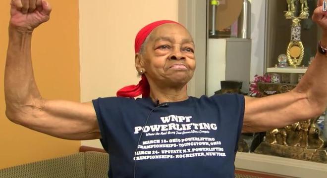 Com 82 anos, vovó fisiculturista dá uma surra em homem que tentou invadir a sua casa