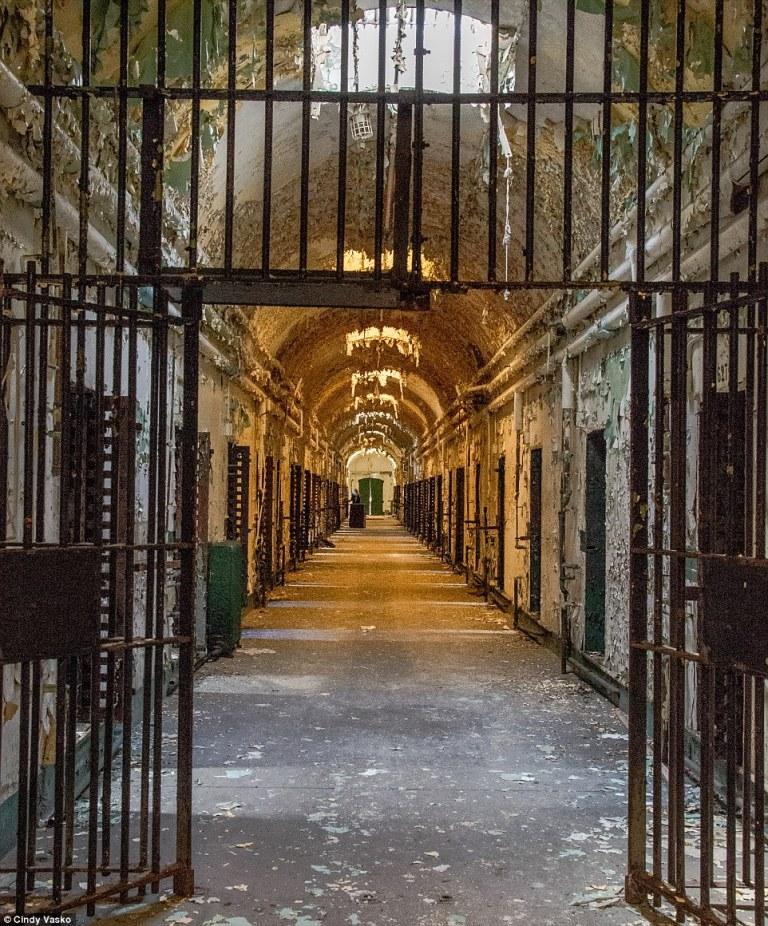 Como funcionava a prisão americana, onde detentos eram torturados por cientistas arbitrários?