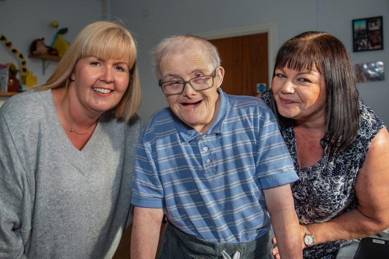 Conheça o britânico de 77 anos com Síndrome de Down que desafiou a ciência