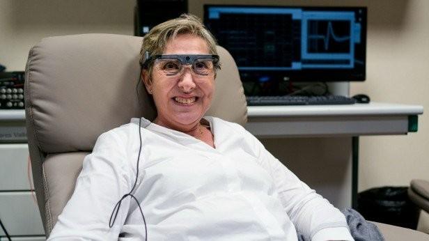 Óculos que se conecta ao cérebro faz com que mulher volte a enxergar