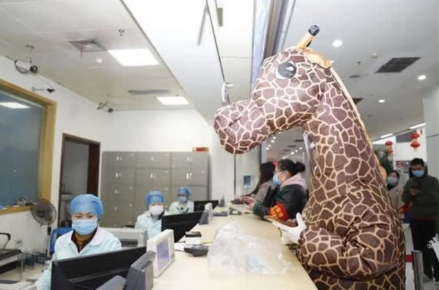 Mulher se fantasia de girafa para se proteger do Coronavírus