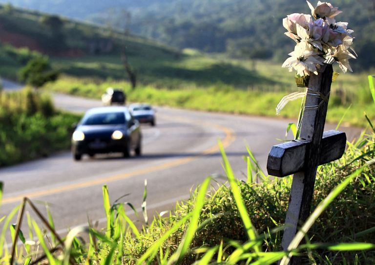 Você sabe o que significam aquelas cruzinhas nas estradas do interior do Brasil?