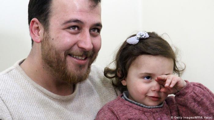 A incrível história do pai que distraia a filha dos bombardeios na Síria