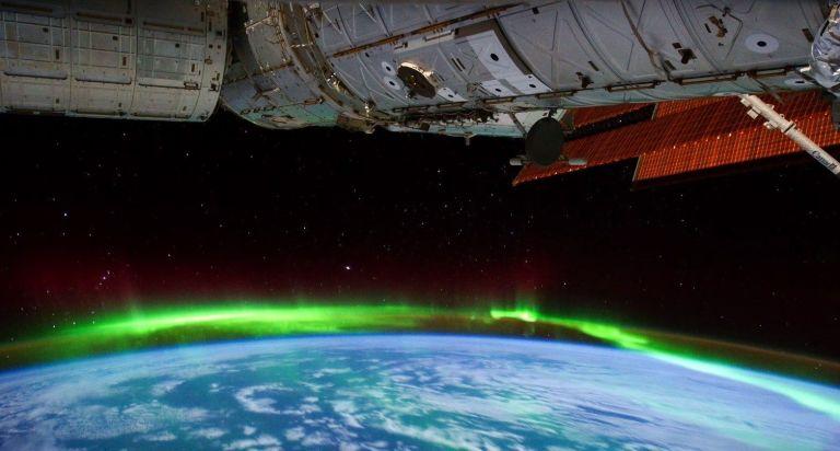 Foto impressionante da Estação Espacial captura dois fenômenos terrestres na mesma imagem