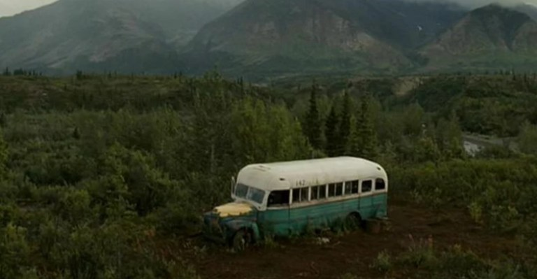 Ônibus abandonado no Alasca se tornou um ponto turístico tão perigoso que precisou ser removido