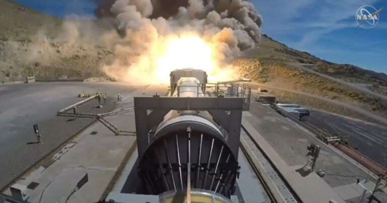 Teste de foguete gigante da NASA coloca fogo na encosta toda