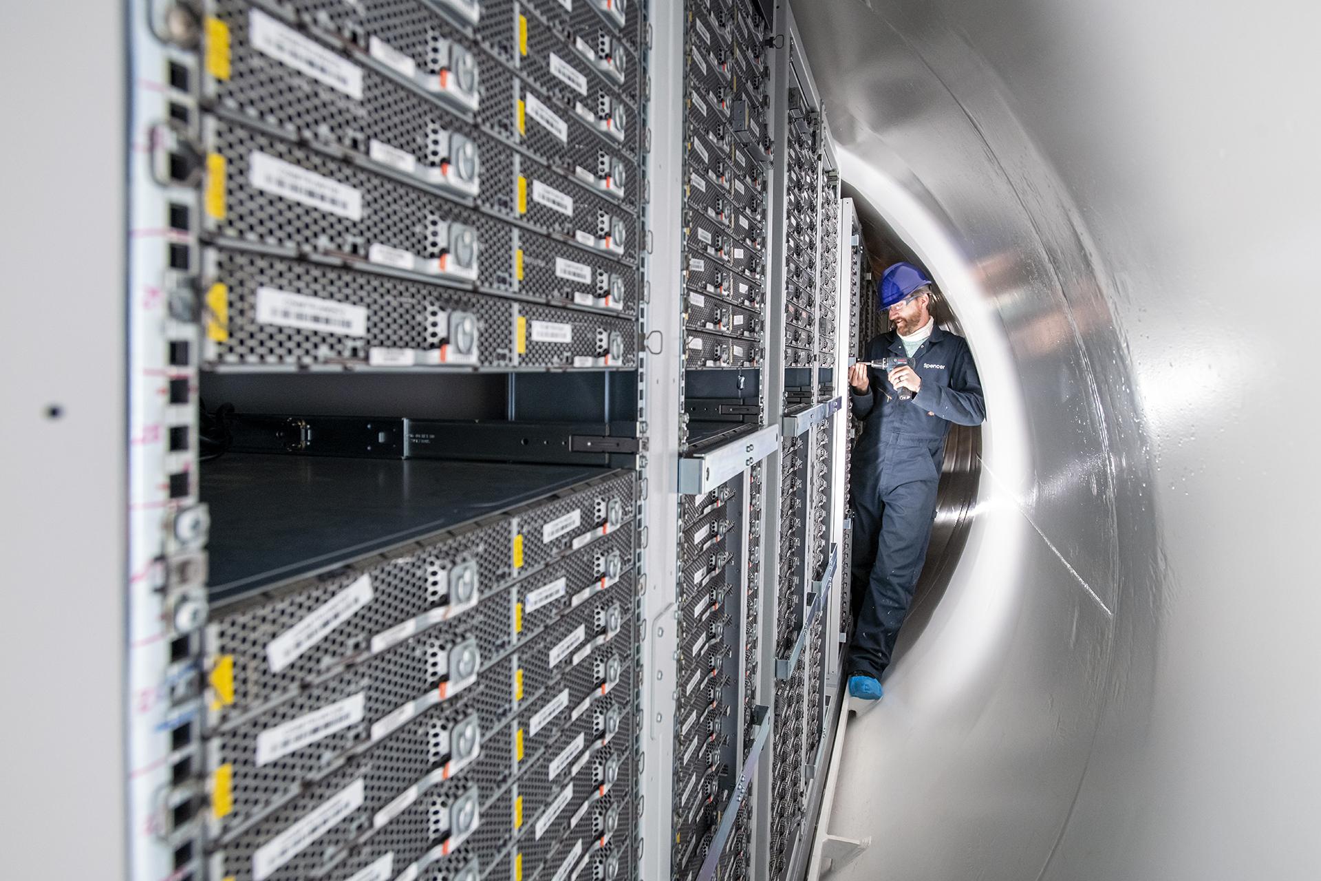 Por que 855 computadores ficaram no fundo do mar por 2 anos?