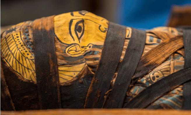 Múmia totalmente intacta de 2.500 anos foi revelada por arqueólogos