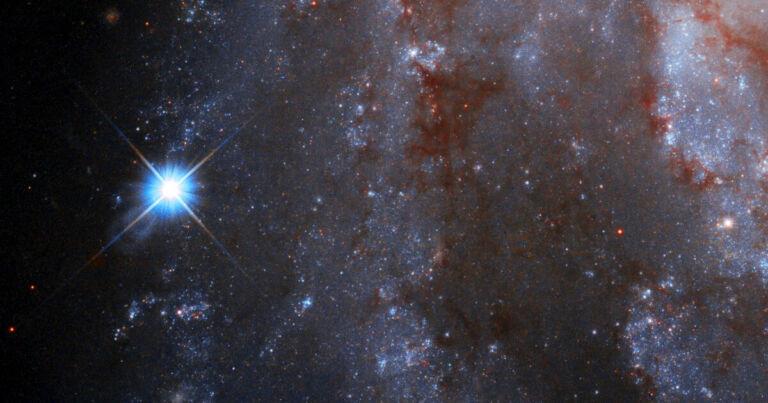 Timelapse feito pelo Hubble mostra uma estrela explodindo do nada
