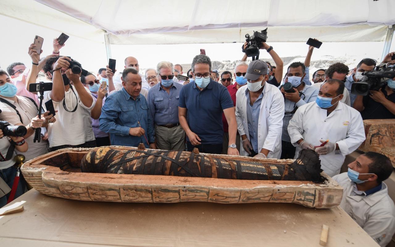 Qual a forma correta de arqueólogos abrirem sarcófagos?