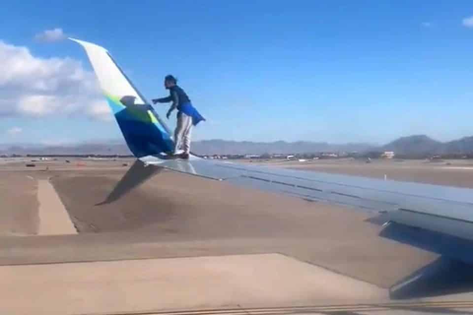Homem é detido após subir em asa de avião