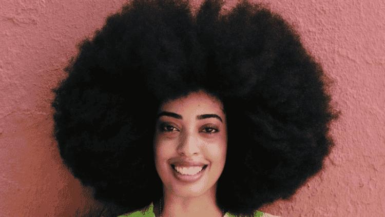 Conheça a jovem dona do maior cabelo afro do mundo