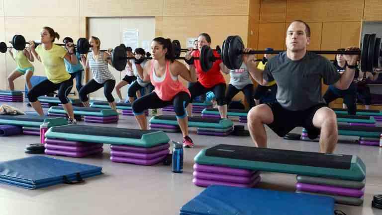 Por que exercícios em grupo podem ser mais eficientes do que solo?