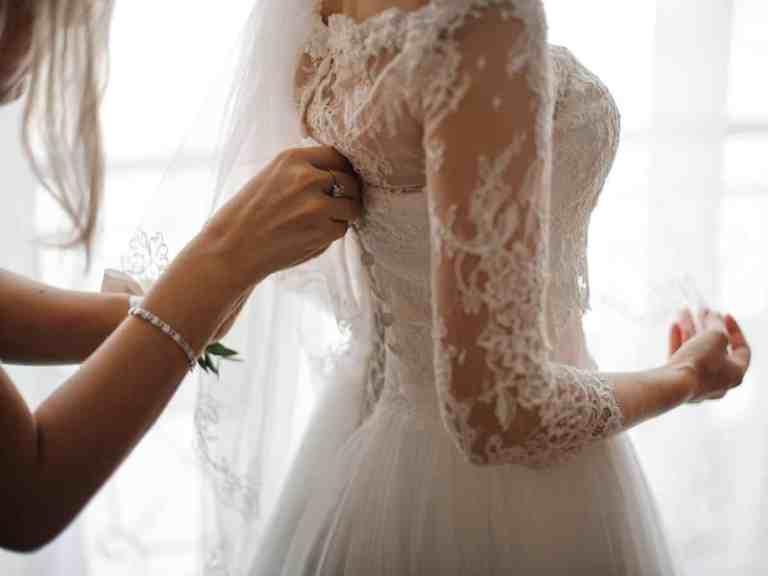 Noiva obsessiva força damas de honra a assinarem contrato com regras bizarras