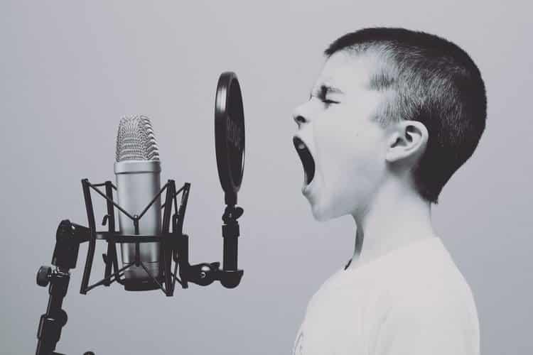 Cantor com a voz mais profunda do mundo alcança notas que o ouvido não consegue detectar