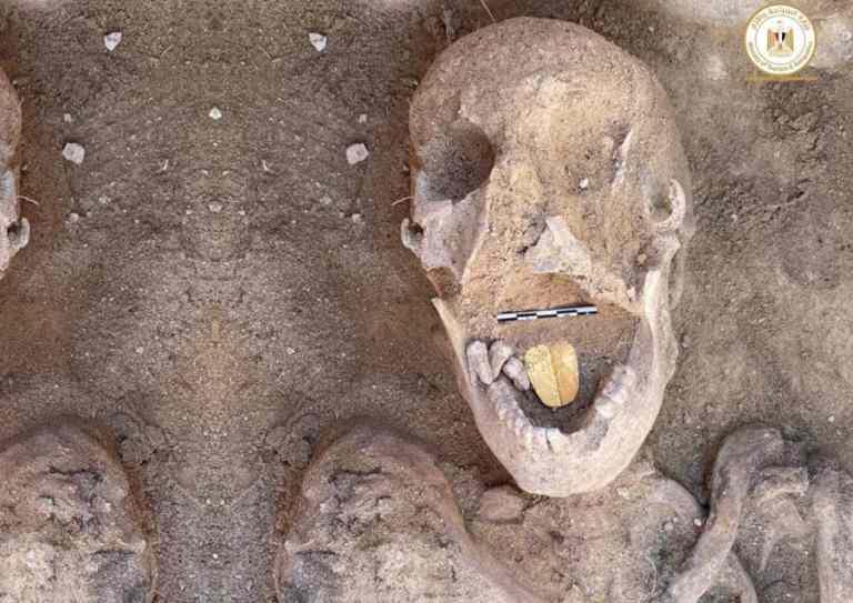 Equipe de arqueólogos encontra múmia com língua de ouro