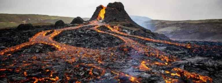 Vídeo incrível mostra drone atravessando uma explosão de lava na Islândia