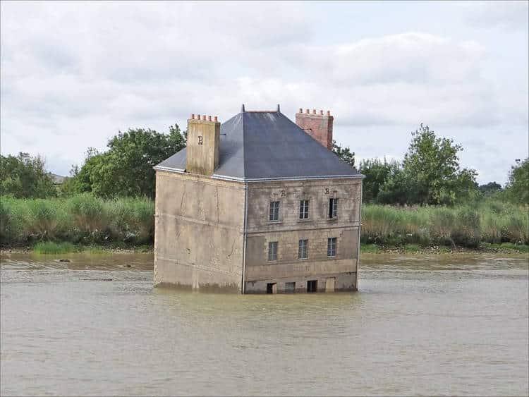 Conheça a história da casa que fica no meio de um rio