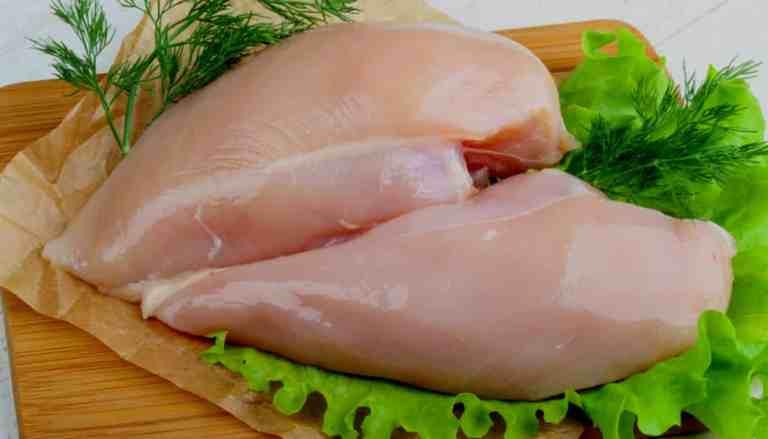 Por que nunca devemos lavar um frango cru?