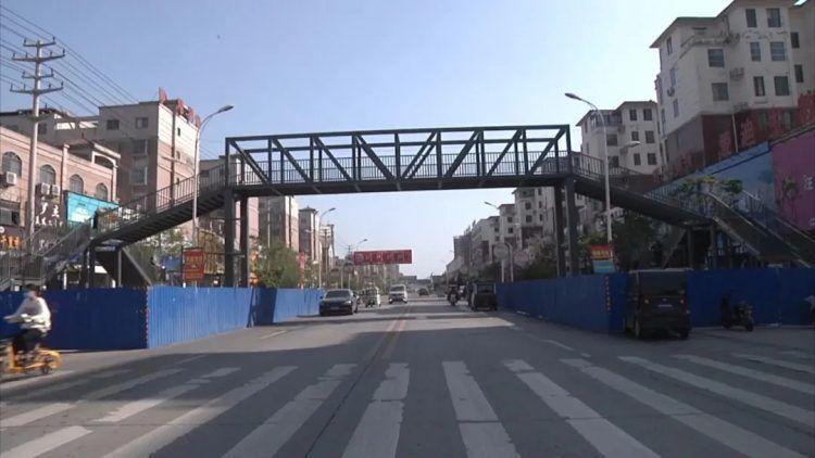 Chinesa constrói duas passarelas para garantir que seu filho vá com segurança para escola