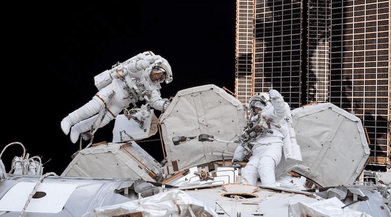 Video impressionante mostra astronautas fora da Estação Espacial instalando painéis solares