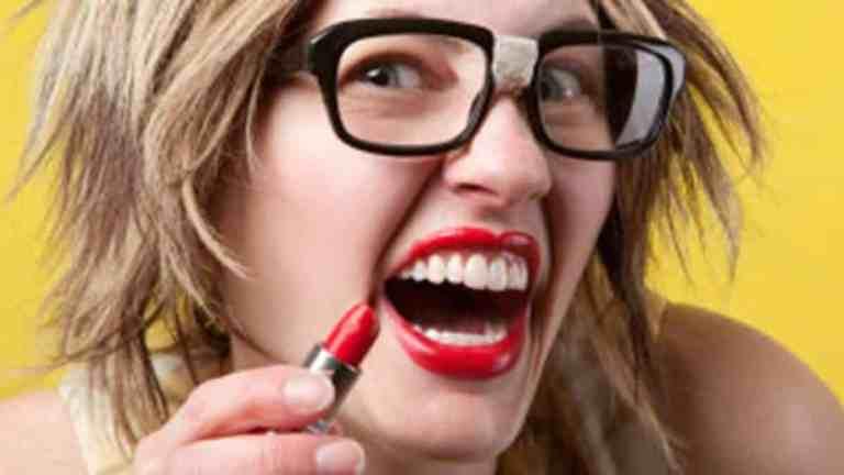 Pessoas feias se acham mais bonitas do que são, diz estudo