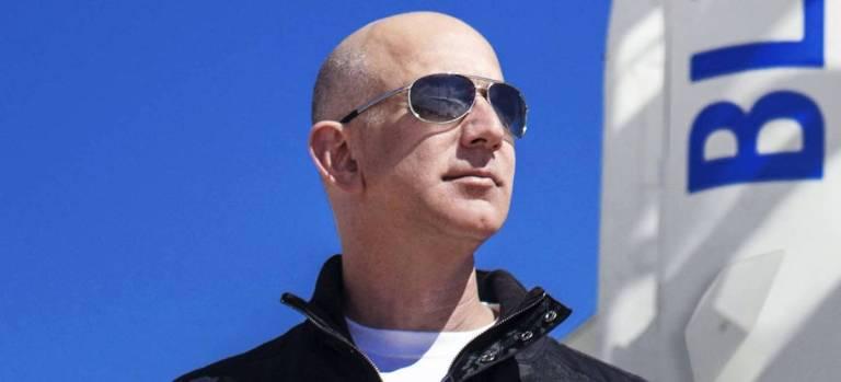 Jeff Bezos completou sua viagem ao espaço com sucesso
