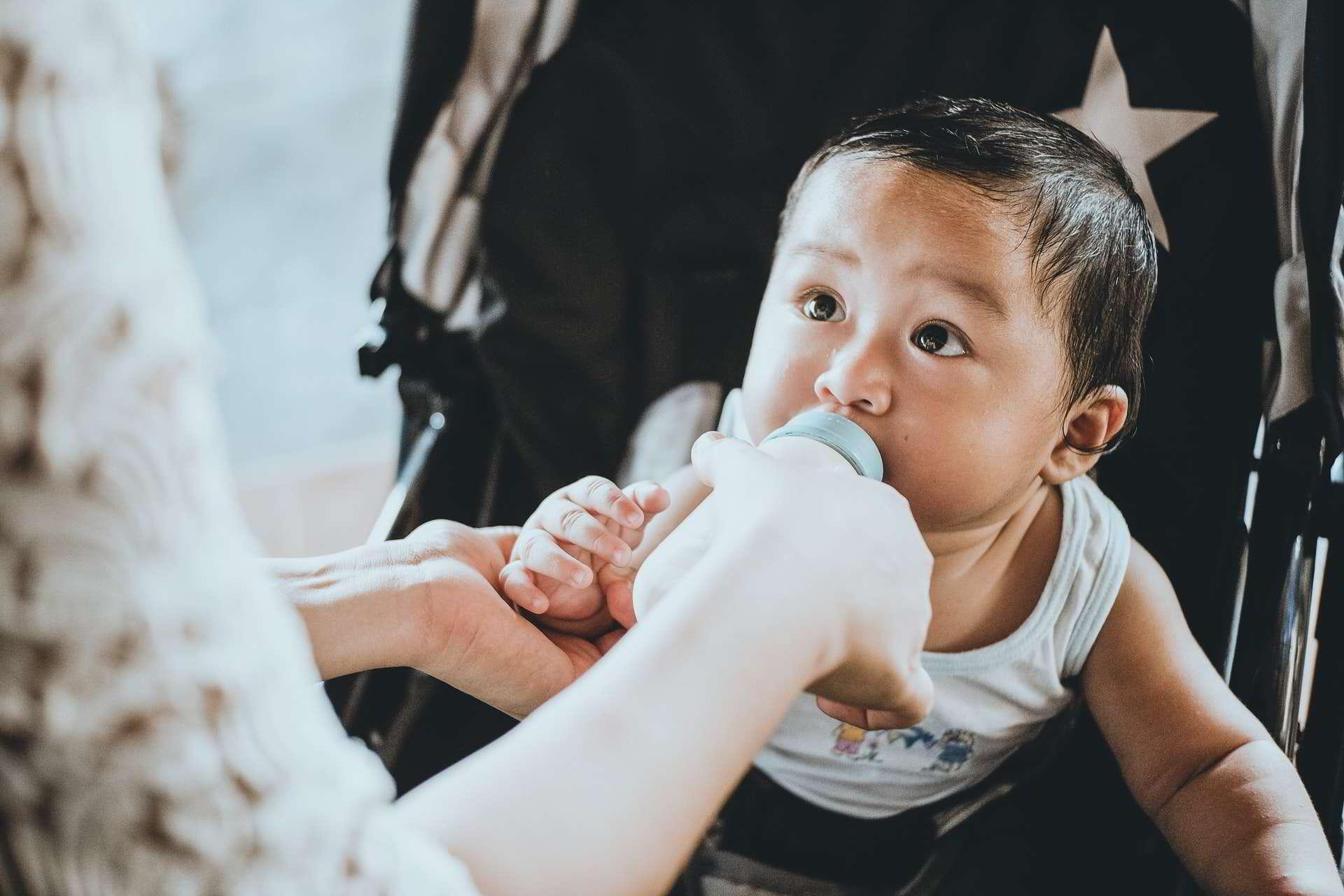Estudo descobriu uma quantidade surpreendente de microplásticos nas fezes dos bebês