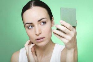 Estudo aponta que olhar no espelho causa ansiedade e depressão fatos e eventos