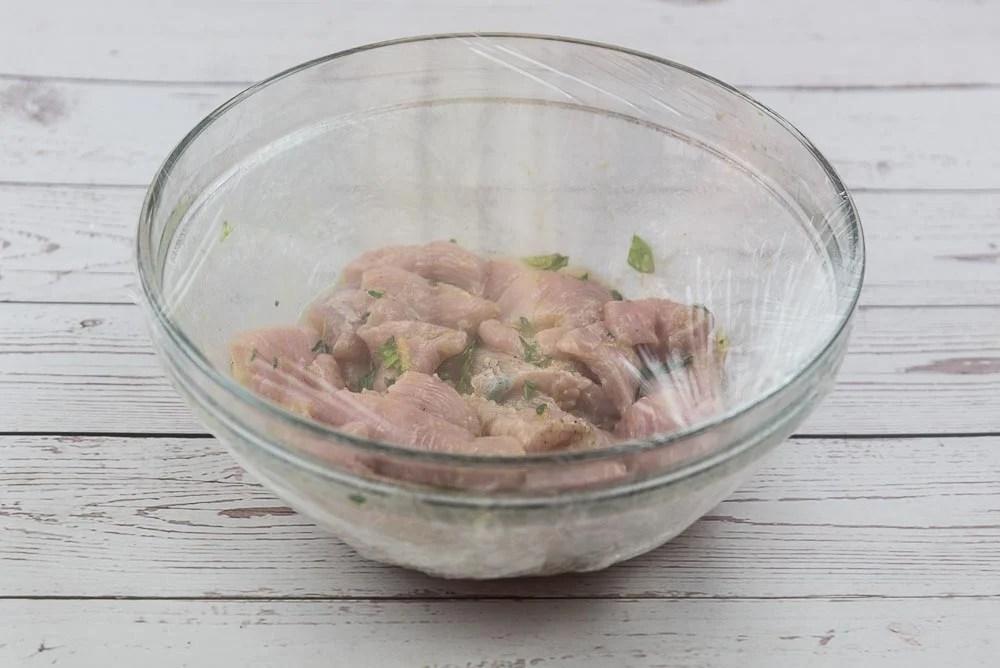 Copriamo la ciotola con della pellicola per alimenti e lasciamo macerare in frigorifero per almeno un'ora.