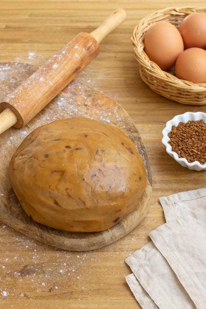 Trascorso il tempo di riposo necessario utilizziamo la pasta frolla per preparare biscotti o crostate!