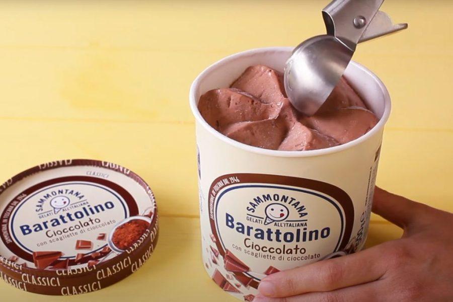 Con l'aiuto di un porzionatore da gelato, farciamo i nostri cestini, poco prima di portarli in tavola, con Gelato Barattolino Cioccolato Sammontana.